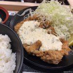 #クリスピーメガチキン定食 #松のや サイトの写真に比べて雑でタルタルソースも少ない